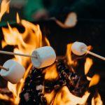 Marshmallows roosteren boven vuur